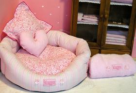 Nido redondo rayas y flores tonos rosa incluye cojín flores, corazón tonos rosa y manta peluche 50x50 de color rosa