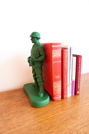 Sujeta libros soldado