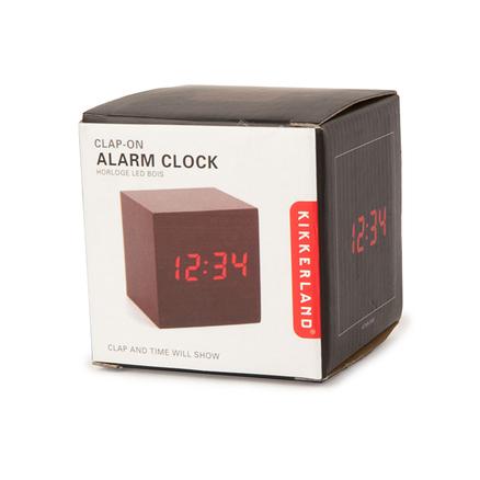 Reloj alarma de madera