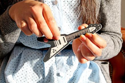 lima de uñas en forma de guitarra metálica