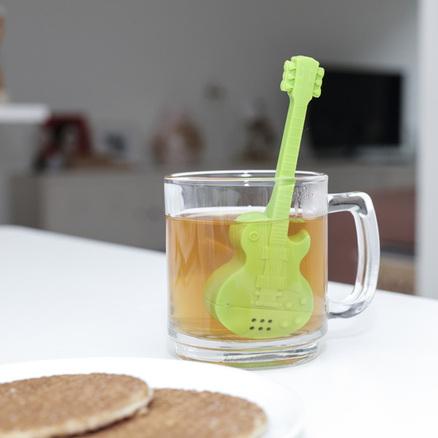 Infusor té con forma de guitarra